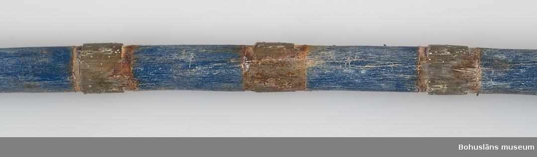 """* Förvärvat från, forts.: industri, Evja Stenbrott 594 Landskap Bohuslän 503 Kön Man  Sex bitar av sågvajer av två olika fabrikat. Det ena med  genomskinlig plast, L 119 cm  (:1) samt  L 85 cm (:2), det andra med blå plast, L 30 cm (:3-6).  (Coffeplast används idag (?). Vajern är tillverkad av en stållina på vilken placerats diamantimpregnerade pärlor som sitter på jämnt avstånd med distanshållare av plast. Diamanten är syntetiskt framställd. Distans- hållarna skyddar linan från det nötande stenslammet och ger stadga och håller pärlorna centrerade och ger ett utlopp för vatten och slam från skåran.   Vajersågningstekniken är lämpad för att öppna skikt, ta ut block från skiktet genom vertikala, horisontala och sneda snitt, skära ut vinklar, storlekar samt såga plattor ur block. Själva sågekniken beskrivs i teckningar  på s. 11 i produktbroschyren """"Diamant Boart"""", se Bilagepärmen UM27813.  Vajern löper runt med hög hastighet i en stor maskin som drar den runt. Sågytan bevattnas kontinuerligt under sågningen.  Såghastigheten varierar mellan 1.5 - 5 kvadratmeter i timmen, beroende på vinkel och typen av granit. Vajern kan såga ca 17 kubikmeter, sedan är den utsliten. Livslängden beror på stenens struktur.   Fördelarna med tekniken presenteras på följande sätt i produktbroschyren ovan, s. 7:  -hög såghastighet, snabb start av sågningen, minimal bevakning nödvändig, låga investeringskostnader, hög sågkvalitet vilket minskar slöseriet av material, låg ljudnivå.   Den diamantimpregnerade wiren för granit kom på marknaden 1985. Man började använda denna teknik för ca fem år sedan i Evja Stenbrott. Då var vajersågning någonting helt nytt som man trodde skulle slå ut klingsågningen, ett sågmoment där ett block sågas upp i många tunna skivor eller plattor med en rund stålklinga med ett yttersta segment av diamant.  Så har det emellertid inte blivit. """"Det har inte slagit helt väl ut. Sågen är nog bra, men vajern hänger inte med. Den går av. Det är svårt att såga rakt, parallellt"""