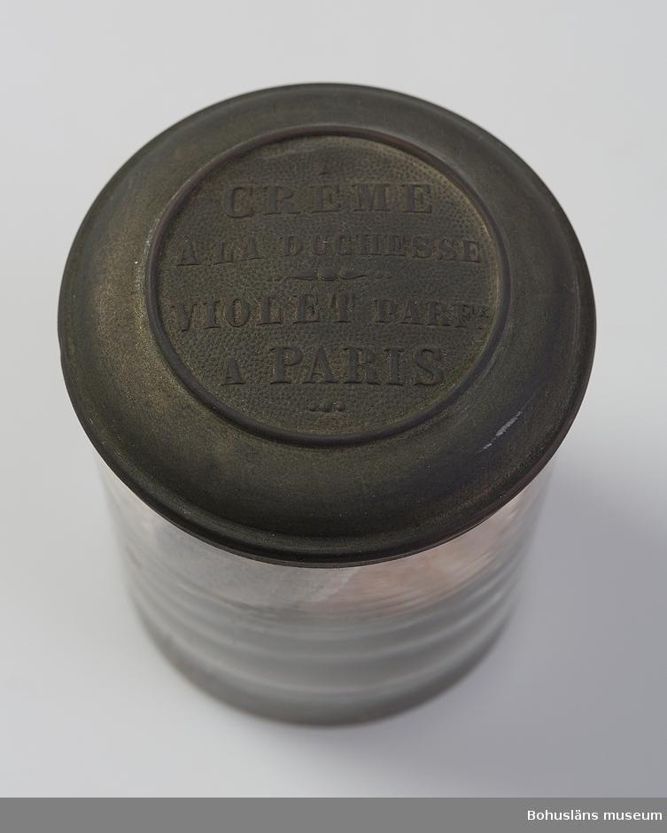 """Bohuslänska evertebrater i glasburkar. Ingår bland 47 glasburkar förslutna med naturkorkar. Två olika höjder på burkarna 11,7 respektive 9,4 cm. """"OPODELDOC"""" ingjutet i glaset. Puntelmärke finns i botten. Fastklistrade pappersetiketter kombinerat med påknutna pappersetiketter innehåller uppgifter om vad som gömmer sig i burkarna. En glasburk med metallock innehåller ett torrt preparat – snäckor och sand. Locket har texten: Créme a la duchesse – Violet parf. A Paris."""