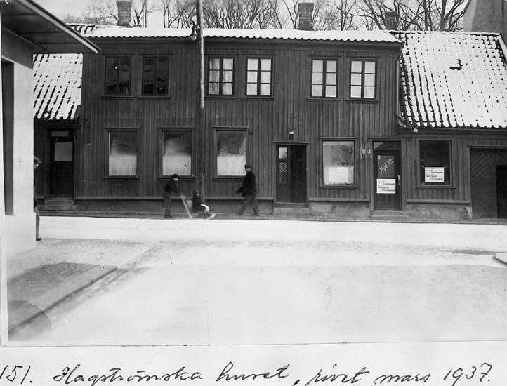 """Text på kortet: """"151. Hagströmska huset, rivet mars 1937. Låg omedelbart norr om gamla Gästis, Nu Carlia. T.v. skymtar hörnet av Bohusläningens hus""""."""