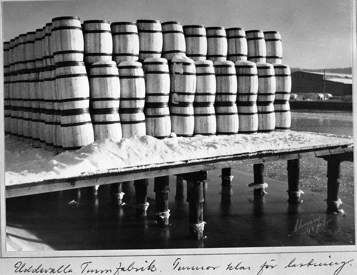 Tunnor från Uddevalla Tunnfabrik klara för lastning år 1948
