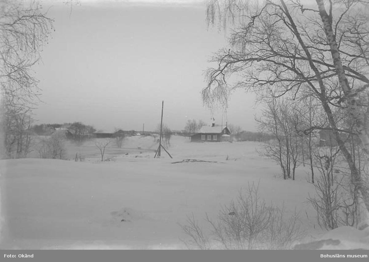 """Text till bilden: """"Stuga vid å, vinterbild""""."""