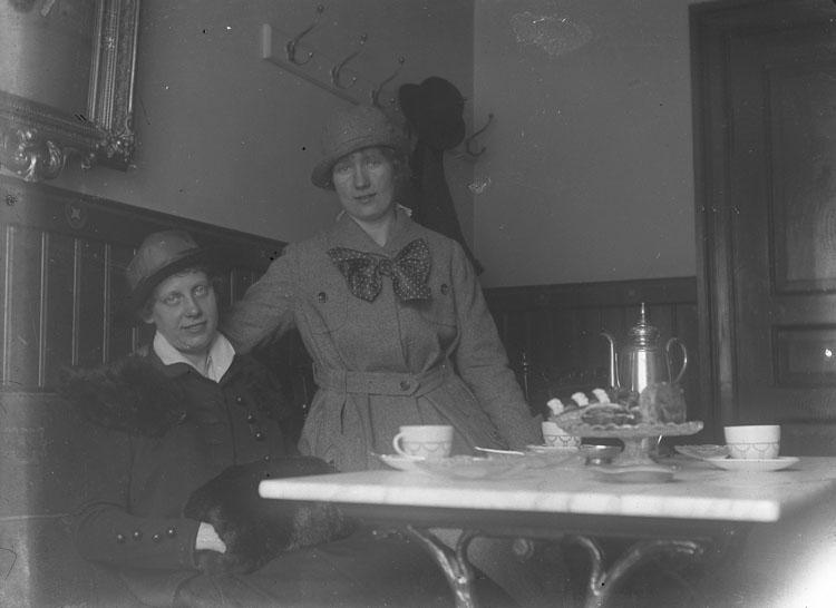 """Enl. text i blå bok: """"Två damer vid kafebord."""" ::"""