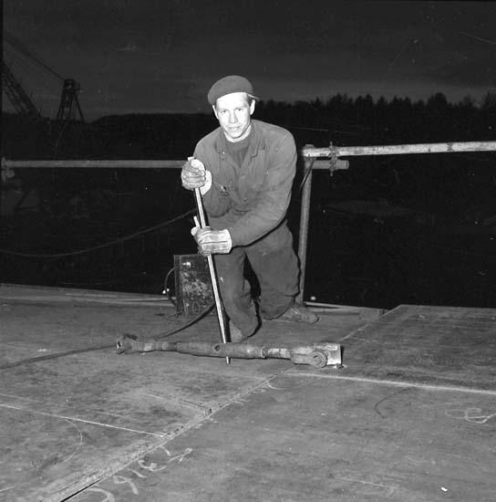 """Plåtslagare Georg Bergström drar ihop däckskarv med """"dragare""""."""