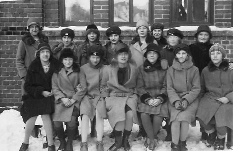 """Enligt noteringar: """"Mars 1929. Klass III, 50 öre/st. 13 kort = 6.50 kr..""""  Stämplat på framsidan: """"Ejnar Edman, Fotograf, Trollhättan 2."""""""