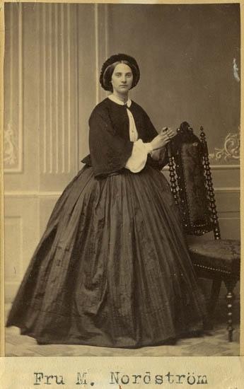 """Text på kortets baksida: """"Fru M. Nordström""""."""