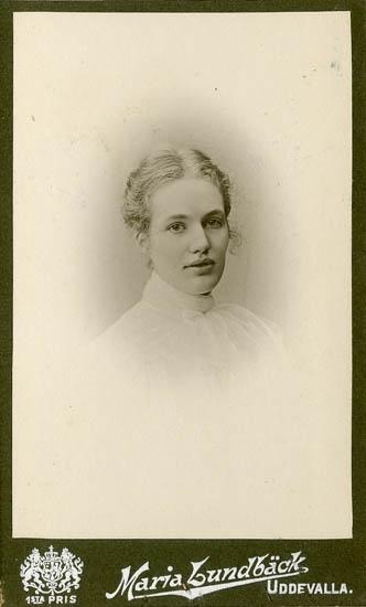 """Text på kortets baksida: """"Elsa Bååth, f. Posse. F. 1885 död i Hälsingborg 1936""""."""