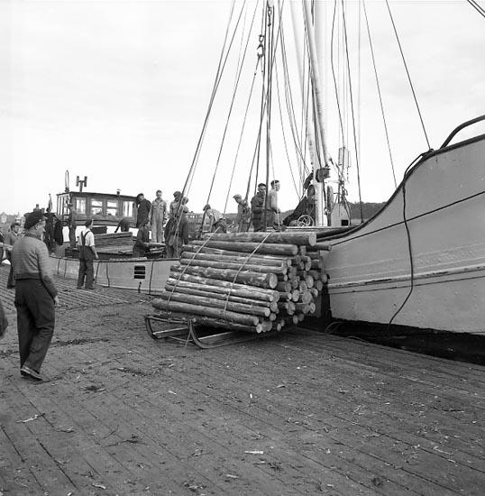 """Enligt notering: """"Fartyget """"Arnmin"""" lastar props i U-a hamn 28-9-55""""."""