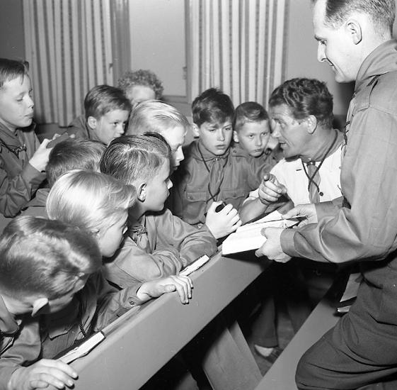 "Enligt notering: ""Scouter-orientering U-a 27/4 1957""."