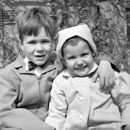 """Enligt notering: """"Stubinen med flicka samt blommor  maj -58"""