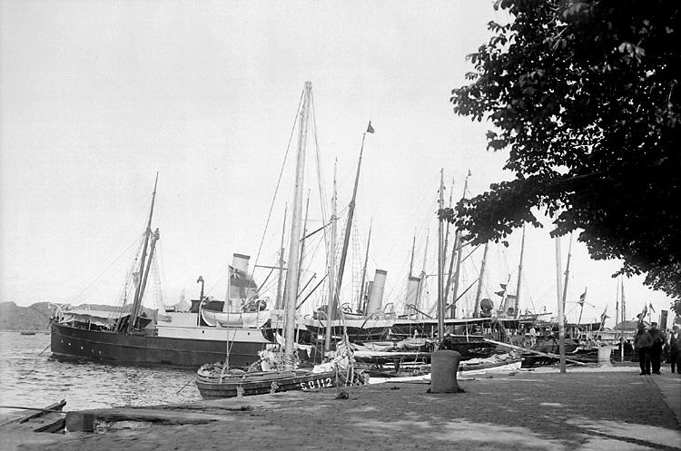 Nordisk Fiskeriutställning i Marstrand 1904. Ångbåtar vid kaj utanför Paradiset.