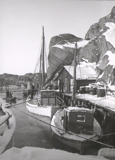 """Noterat på kortet: """"SMÖGEN"""". """"LOTSBÅT VID KAJ IS"""". """"FOTO(B57) DAN SAMUELSON 1924. KÖPT AV DENS. DEC. 1958""""."""