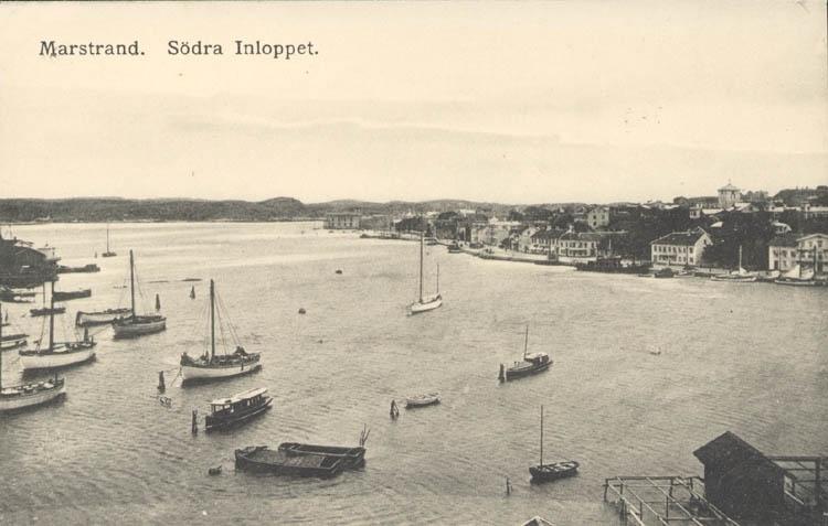 """Tryckt text på kortet: """"Marstrand. Södra Inloppet.""""   ::"""