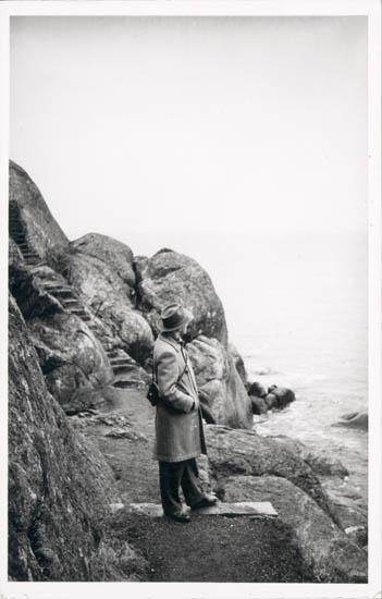 """Noterat på kortet: Marstrand. Karl Jacobson vid strandpromenaden, norra inloppet. 10/57."""""""