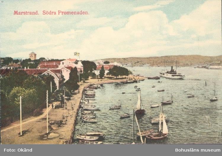 """Tryckt text på kortet: """"Marstrand. Södra Promenaden."""" """"Nilssons Ljustrycksanstalt Stockholm."""""""