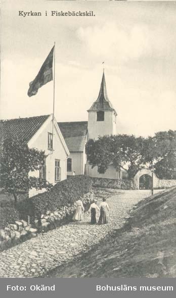 """Tryckt på kortet: """"Kyrkan i Fiskebäckskil."""" ::"""