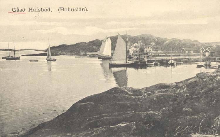 """Tryckt text på kortet: """"Gåsö. Hafsbad. (Bohuslän)."""" """"Förlag: Erika Olsson, Gåsö."""""""