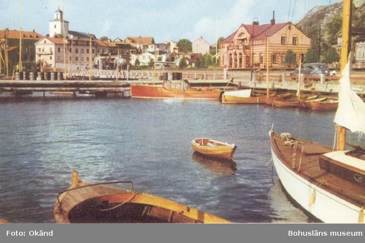 """Tryckt text på kortet: """"Strömstad. Södra Hamnen med kyrkan och järnvägsstationen."""""""