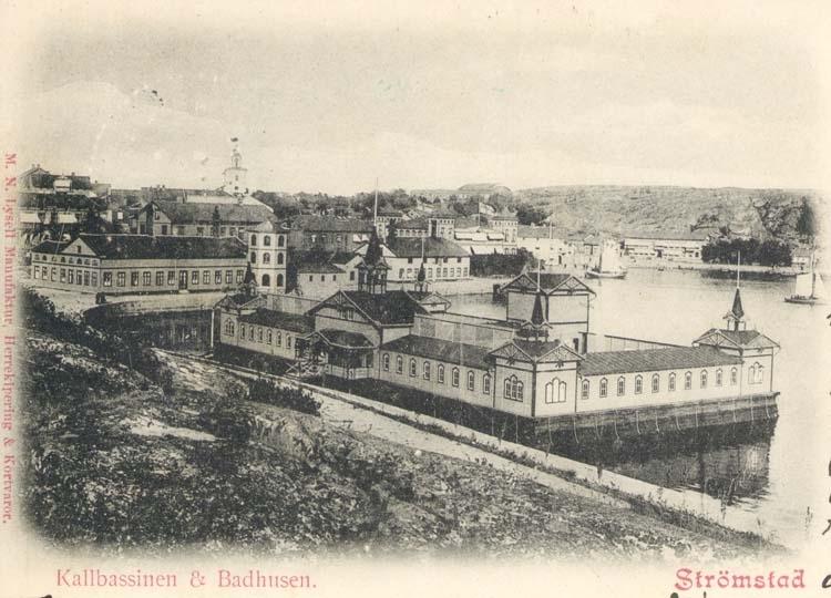 """Tryckt text på kortet: """"Kallbassinen & Badhusen. Strömstad."""""""