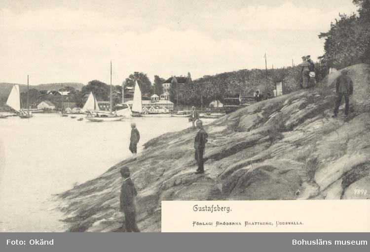 """Tryckt text på kortet: """"Gustafsberg."""" """"Förlag: Bröderna Brattberg, Uddevalla."""""""