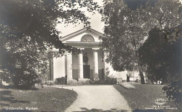 """Tryckt text på kortet: """"Kyrkan, Uddevalla."""" """"Förlag: J. F. Hallmans Bokhandel, Uddevalla."""""""