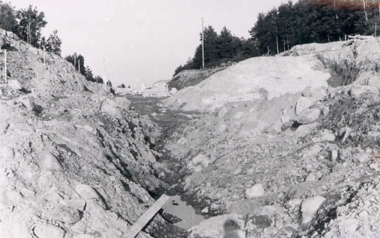 """Noterat på kortet: """"Rävsal Valla Sn. Tjörn."""" """"Nya landsvägen för Tjörnbron under byggnad."""""""