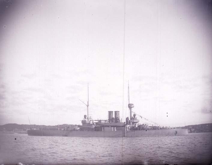"""Enligt text som medföljde bilden: """"Svenska Pansarbåten """"Niord"""" från sidan. 24/8 1899  1 st. klass."""""""