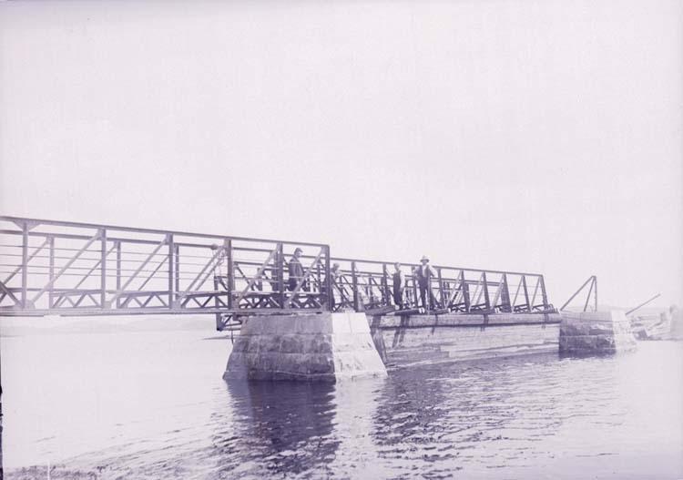 """Enligt text som medföljde bilden: """"Lysekil, Släggöbron. Juni 10""""."""