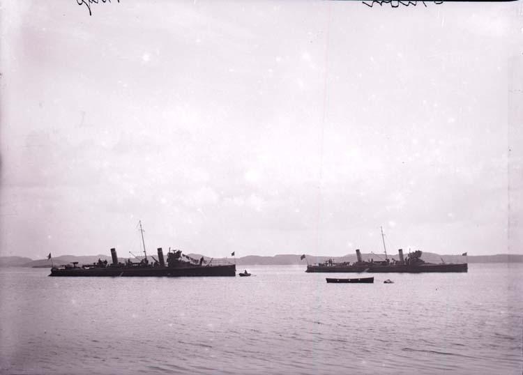 """Enligt text som medföljde bilden: """"Lysekil. Torpedbåtarna Orion och Virgo Aug. 05."""""""