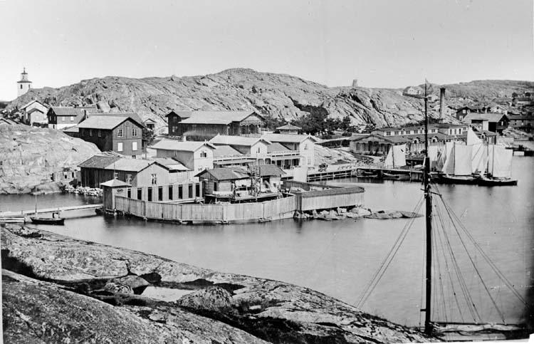 "Enligt text som medföljde bilden: ""Lysekils Badanstalt 1875. Foto M. Jacobson. Nr. 92 i albumet."" ""Foto. 1875 Jacobson. Original ""Montern"" Cop. 1916. No.90."""