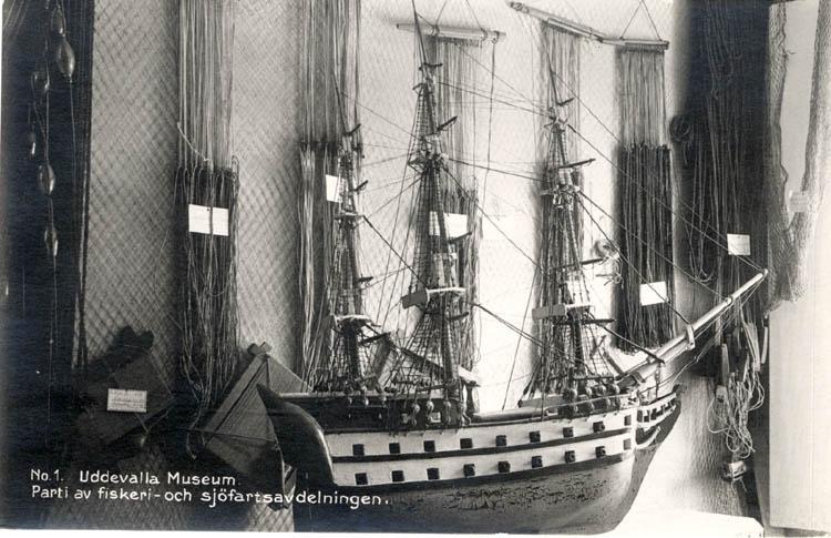 """Vykort från Uddevalla museum. """"No.1. Uddevalla Museum. Parti av fiskeri- och sjöfartsavdelningen."""""""