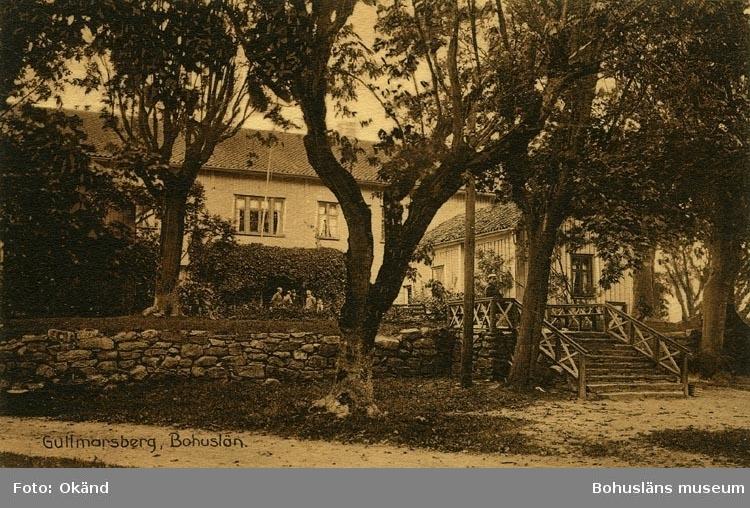 """Tryckt text på vykortets framsida: """"Gullmarsberg, Bohuslän""""."""