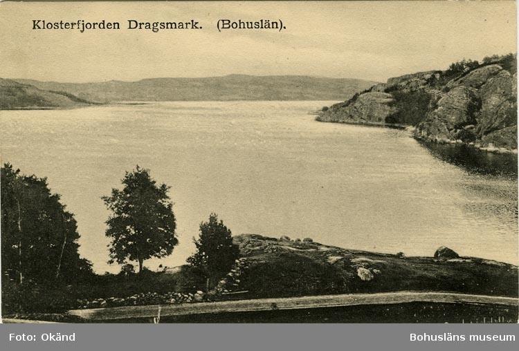 """Tryckt text på vykortets framsida: """"Klosterfjorden Dragsmark. (Bohuslän)""""."""
