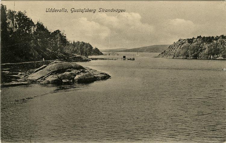 """Tryckt text på vykortets framsida: """"Uddevalla, Gustafsberg, Strandvägen."""""""