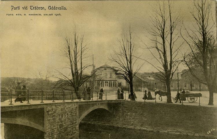 """Tryckt text på vykortets framsida: """"Parti vid träbron Uddevalla."""""""