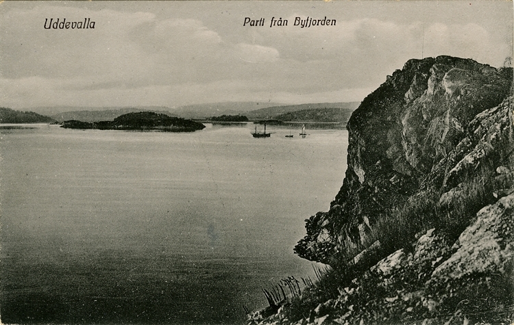 """Tryckt text på vykortets framsida: """"Uddevalla Parti från Byfjorden.""""  ::"""