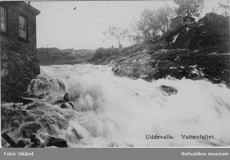 """Tryckt text på vykortets framsida: """"Uddevalla. Vattenfallet."""" ::"""