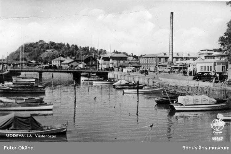 """Tryckt text på vykortets framsida: """"Uddevalla. Västerbron."""""""