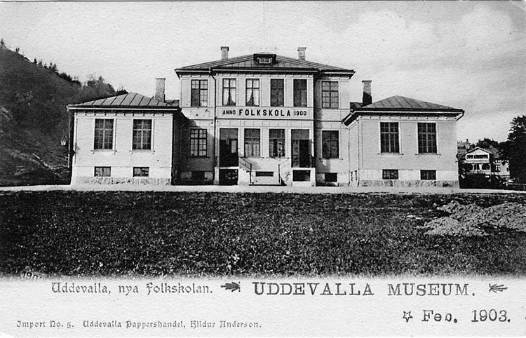 "Tryckt text på vykortets framsida: ""Uddevalla, nya Folkskolan"". ""Uddevalla Pappershandel, Hildur Anderson""."