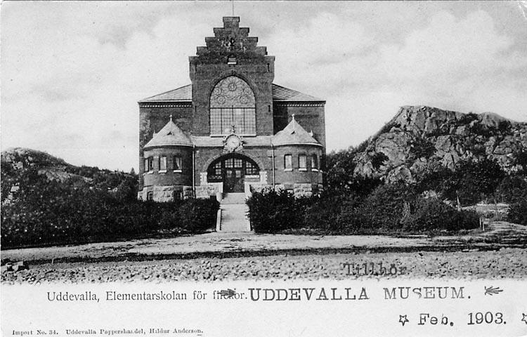 """Tryckt text på vykortets framsida: """"Uddevalla, Elementarskolan för flickor""""."""
