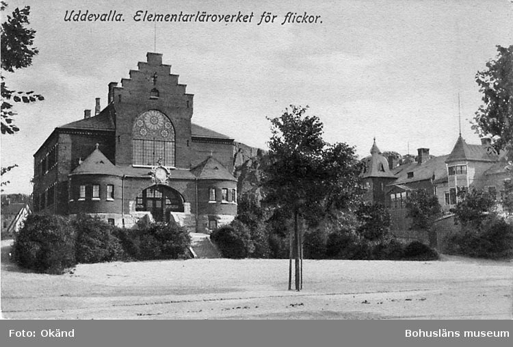 """Tryckt text på vykortets framsida: """"Uddevalla, Elementarläroverket för flickor""""."""