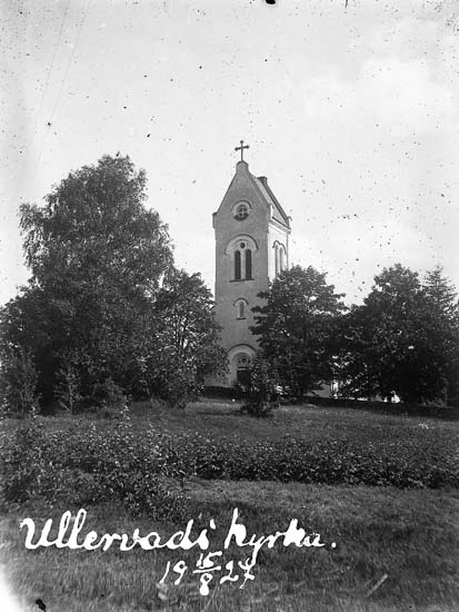 "Enligt text på fotot: ""Ullervads kyrka. 15/8 1927""."