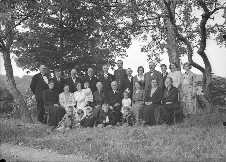 """Enligt fotografens anteckningar: """"1933, 46. Berg, vänner bekanta""""."""