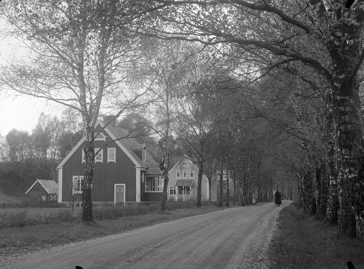 """Enligt fotografens noteringar: """"5 sek. 1 kopia till Bolaget. Villa parti vid grindtången Munkedal."""""""