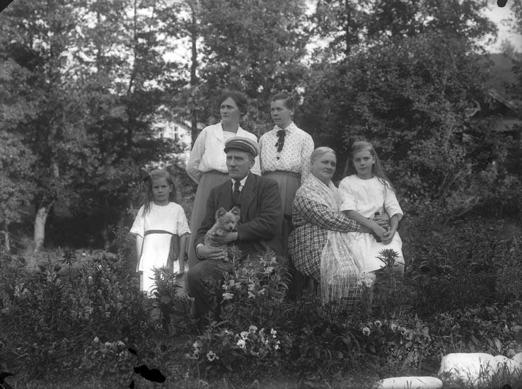 """Enligt fotografens noteringar: """"Familjen Alfred Hansson."""""""