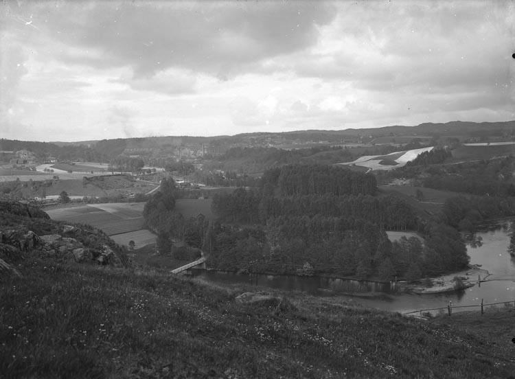 """Enligt fotografens noteringar: """"Tången Munkedal, gammal plåt omkring 1909. Örekilsälven i förgrunden i bakgrunden Munkedals fabrik."""""""