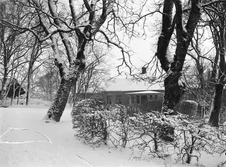 """Enligt fotografens noteringar: """"Troligen 1912 Foss prästgård under kyrkoherde Cajanders tid."""""""