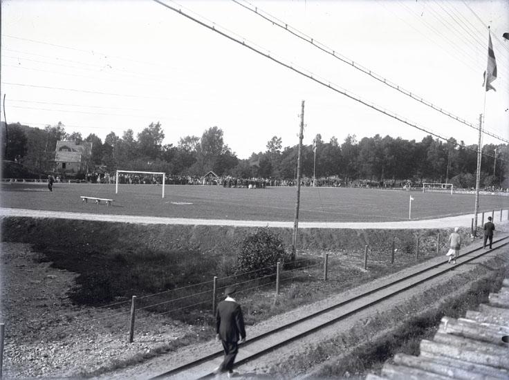 """Idrottsplan Munkedal omkring (?).""  ""I bakgrunden till vänster Gustav Hedlunds hus."""