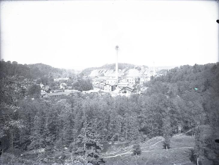 """Munkedals Fabrik omkring 1920. Utsikt öfver Munkedals fabrik m. omg.""  ""Fotot taget från Stale."""