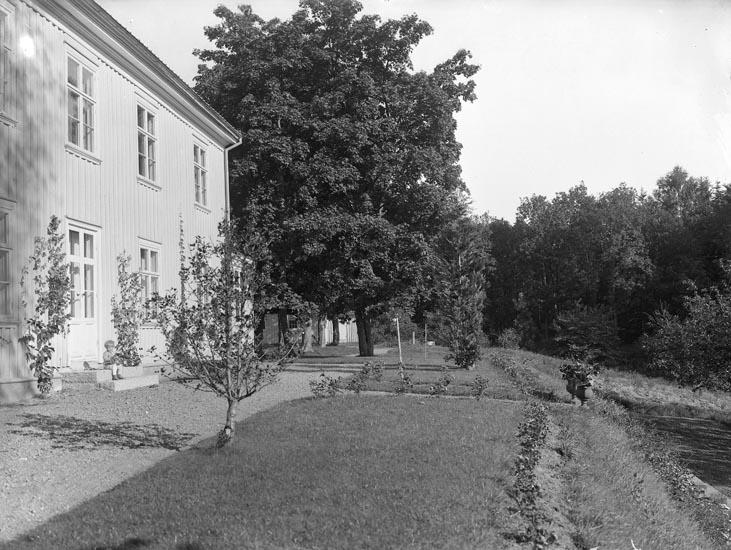 """Enligt medföljande noteringar: """"1930. 61. Åtorp från Meijers tid troligen omkr 1930.""""  Uppgifter från Munkedals HBF: """"Torp övre."""""""