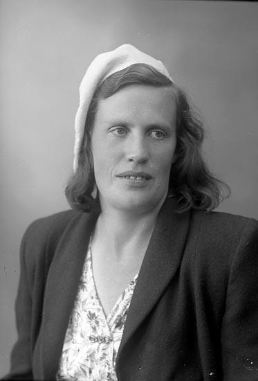 "Enligt fotografens journal nr 7 1944-1950: ""Andersson, Fru Sonja Stenungsund""."